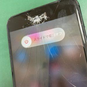 上から落ちてきた何かがiPhone8Plusの画面を直撃?!