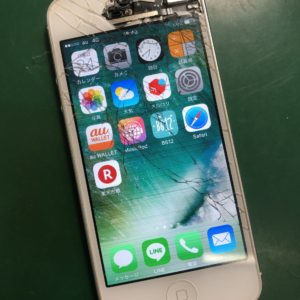 画面上部が大きく割れたiPhone5